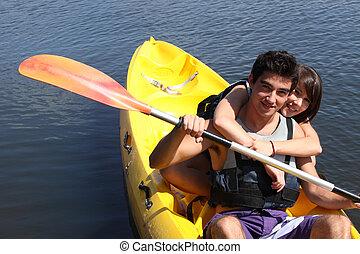 par jovem, canoagem, em, lago