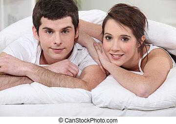par jovem, colocar cama