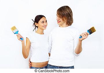 par jovem, com, pintar escovas, junto