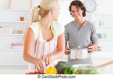 par jovem, cozinhar