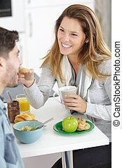 par, jovem, divertimento, café manhã fazendo, tendo