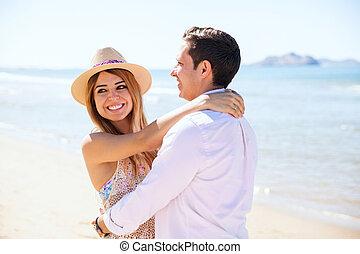 par jovem, durante, um, data, praia
