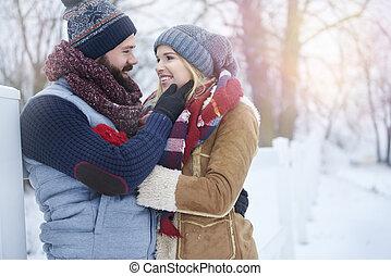 par jovem, e, gelado, inverno