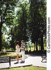 par jovem, em, a, verão, park., outdoors.