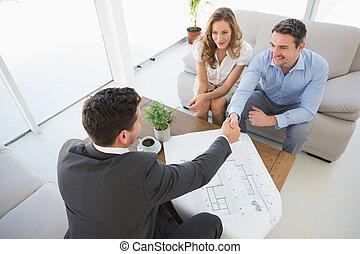 par jovem, em, reunião, com, um, financeiro, conselheiro