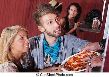par jovem, encomendando, pizza