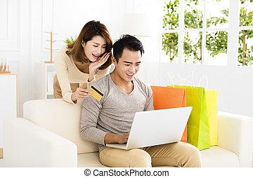 par jovem, fazendo compras online, com, cartão crédito