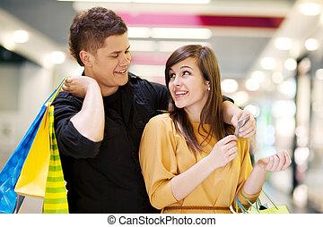 par jovem, fazendo, shopping