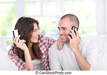 par jovem, fazendo, shopping linha, com, smartphone