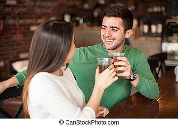 par jovem, fazer, um brinde, com, cerveja