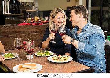 par jovem, fazer, um brinde, com, vinho