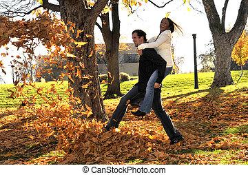 par, jovem, interracial, atraente, ao ar livre, sorrir feliz