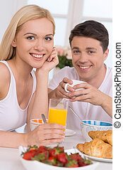 par, jovem, junto, junto., pequeno almoço, tendo, amando