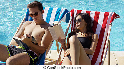par jovem, leitura, livros, em, a, piscina