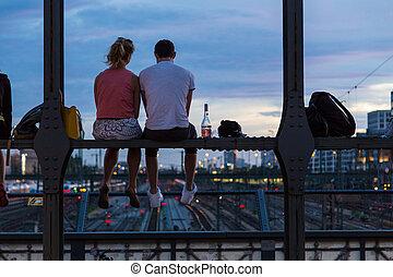 par jovem, ligado, romanticos, data, ligado, urbano, ponte estrada ferro, munich, germany.