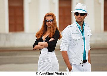 par jovem, ligado, um, rua cidade