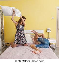 par jovem, luta, adolescentes, travesseiro