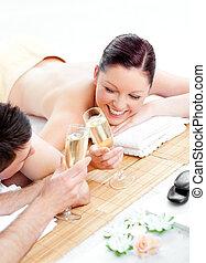 par, jovem, mentindo, tabela, bebendo, champanhe, massagem, amando