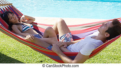 par jovem, relaxante, em, um, rede