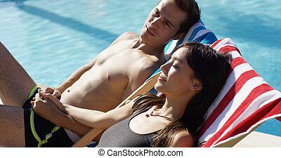 par jovem, relaxante, poolside, em, convés preside