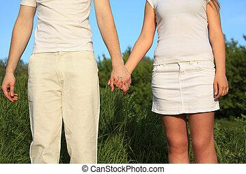 par jovem, segurar passa, um ao outro