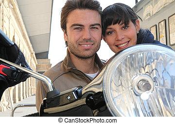 par jovem, sorrindo