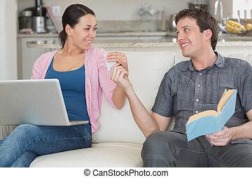 par, jovem, tendo, enquanto, sofá, divertimento, sentando