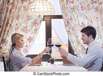 par jovem, tendo jantar, em, um, restaurante