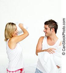 par jovem, tendo, um, combate travesseiro