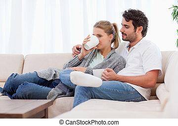 par jovem, tendo, um, xícara chá