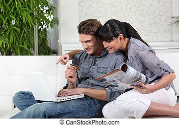 par jovem, usando, um, cartão crédito, online