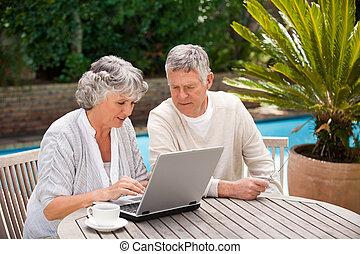par, laptop, deras, arbete, pensionerat