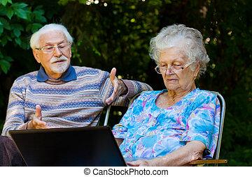 par, laptop, idoso, ao ar livre, divertimento, tendo