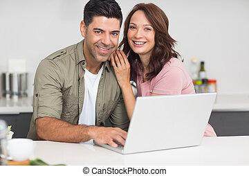 par, laptop, retrato, usando, cozinha, feliz