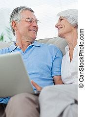 par, laptop, sofá, usando, pc