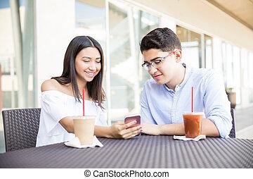 par, leitura, mensagem, ligado, smartphone, em, café, em, centro comercial
