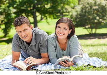 par, lendo um livro