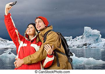 par, levando, um, selfie, com, icebergs, em, a, fundo