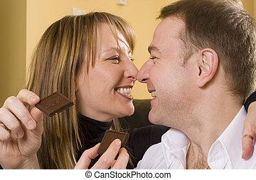 par, ligado, sofá, comendo chocolate