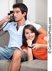 par, ligado, sofá, olhando televisão