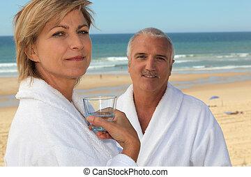 par, ligado, um, praia, em, bathrobes