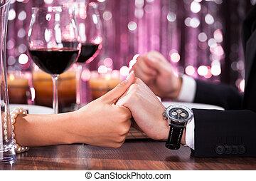 par, mão, jantar, segurando, cada, outro