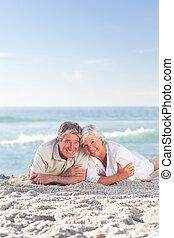 par maduro, deitando-se, praia