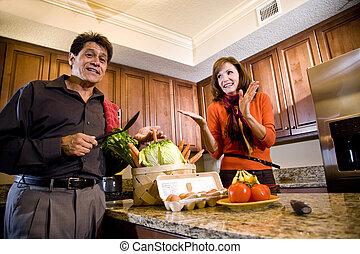 par maduro, tendo divertimento, cozinhar, em, cozinha