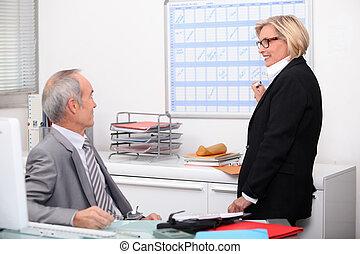 par maduro, trabalhando, em, um, escritório