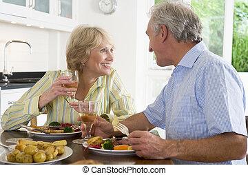 par, mealtime, junto, idoso, desfrutando, refeição