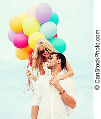 par, med, färgrika ballonger, hos, kust