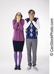 par, med, händer täcka, över, deras, mun
