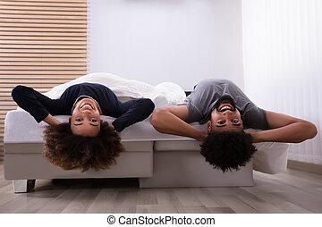 par, mentindo, cama, feliz