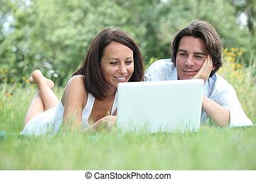 par, mentir grama, olhar, um, computador laptop, tela
